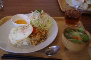 ガパオライス、蒸し鶏のベトナム風サラダ、レタスのスープ